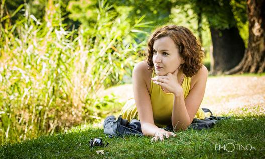 Agnieszka leżąca na trawie